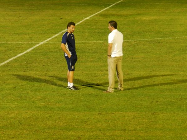 Pato y Pedro Reverte intercambiaron puntos de vista diferentes tras el encuentro. Foto: Pedro Gómez (Crónicas deportivas de Cartagena).