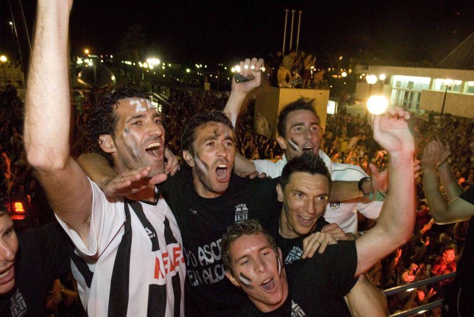 Jugadores albinegros celebrando el ascenso con el submarino detrás. Foto: Cartagena.es.