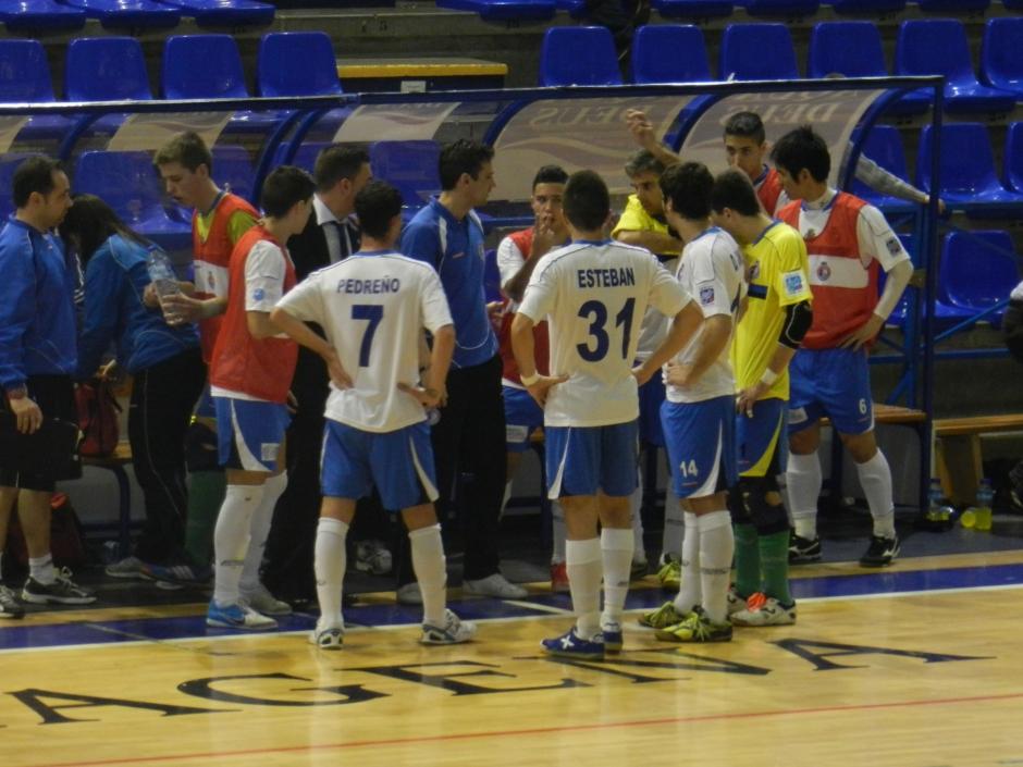 Javi Matía enfundándose camiseta portero jugador. Foto: Pedro Gómez (Crónicas deportivas de Cartagena).