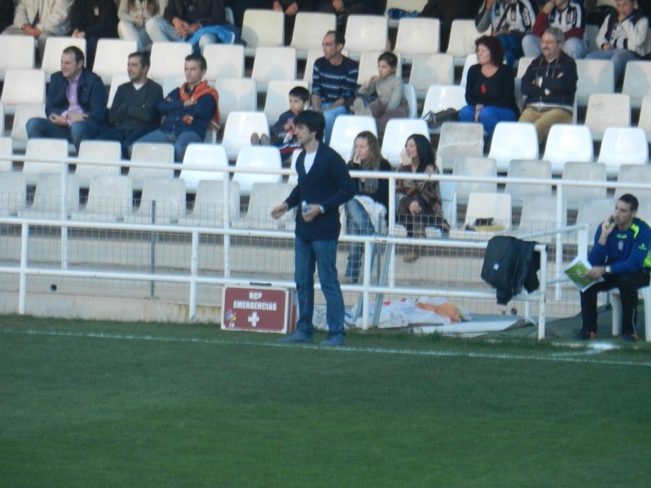 Pacheta dando órdenes a sus jugadores. Foto: Pedro Gómez (Crónicas deportivas de Cartagena).