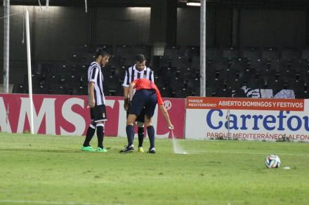 Árbitro usando el spray en el Cartagonova. Foto: Pedro Gómez (Crónicas deportivas de Cartagena).