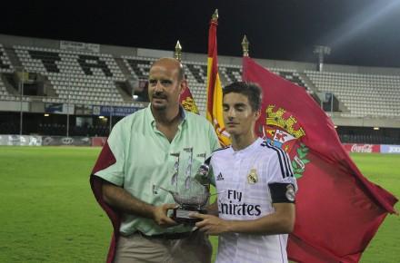 Diego Ortega entregando el primer puesto Foto Pedro Gómez (Crónicas deportivas de Cartagena)