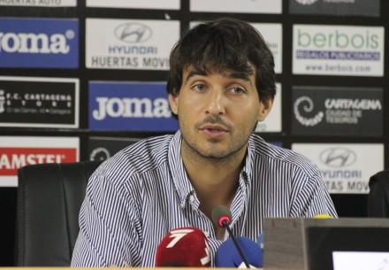 Javier Marco agradeciendo a la afición su respueta en la campaña de abonados. Foto: Pedro Gómez (Crónicas deportivas de Cartagena).