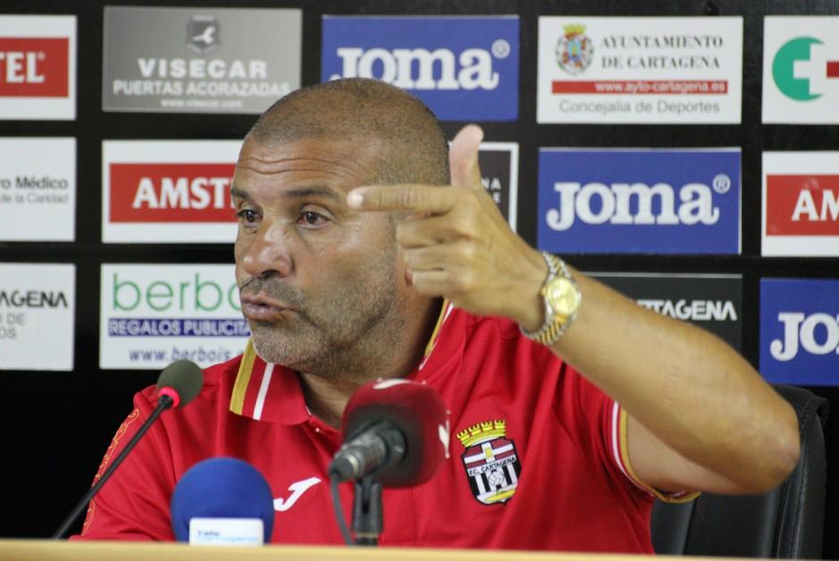 Julio Ribas, Mánager General del FC Cartagena, respondiendo a las preguntas de de la prensa. Foto: Pedro Gómez (Crónicas deportivas de Cartagena).
