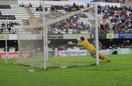 Dispara al poste de Gato que saldría rebotado. Foto: Pedro Gómez (Crónicas deportivas de Cartagena).