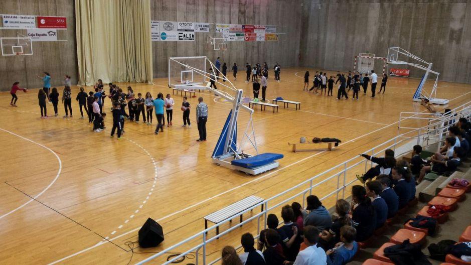 Alumnos de Maristas con el UPCT Basket Cartagena.