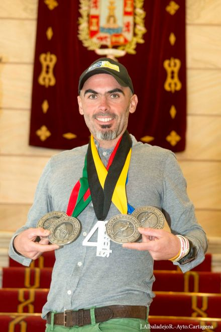 Andrés Lledó posando con sus medallas en el Palacio Consistorial