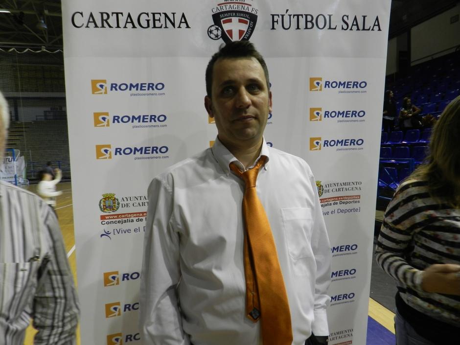 Guillamón atendiendo a la prensa tras el partido. Foto: Pepe González (OM Radio).