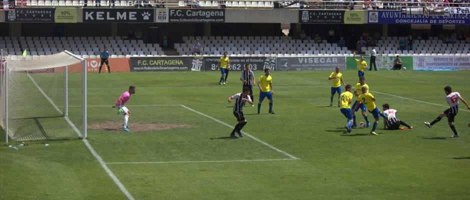 Lanzamiento a gol de Mariano en el FC Cartagena 1 Cádiz CF 1 de la pasada campaña. Foto: Pedro Gómez (Crónicas deportivas de Cartagena).