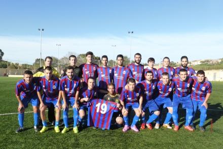 Jugadores posando con la camiseta antes del encuentro. Foto: Francisco Atanasio Hernández.