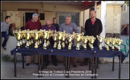 Entrega de trofeos por parte del concejal