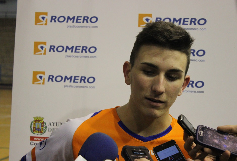 Dani Gómez atendiendo a la prensa. Foto: Pedro Gómez (Crónicas deportivas de Cartagena).