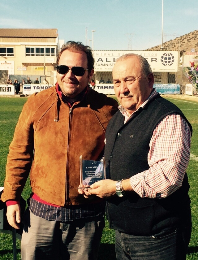 Entrega de placa a Nicolás López Cuadrado, máximo patrocinador del Memorial. Foto: Pepe González (OM Radio).