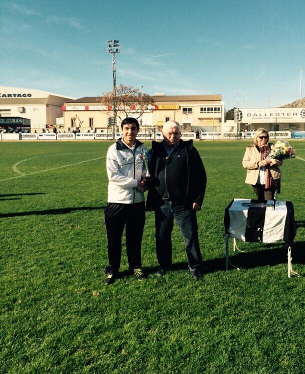 Entrega por parte de José Meseguer del trofeo de ganador al capitán albinegro. Foto: Pepe González (OM Radio).