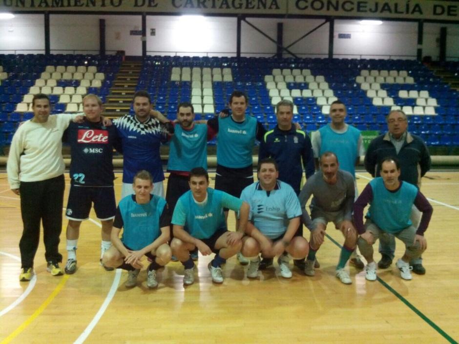 Foto equipo prensa 2014 frente a técnicos Cartagena FS (1)