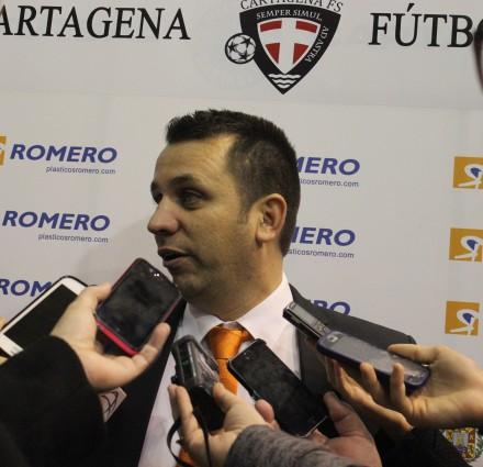 Juan Carlos Guillamón atendiendo a la prensa. Foto: Pedro Gómez (Crónicas deportivas de Cartagena).