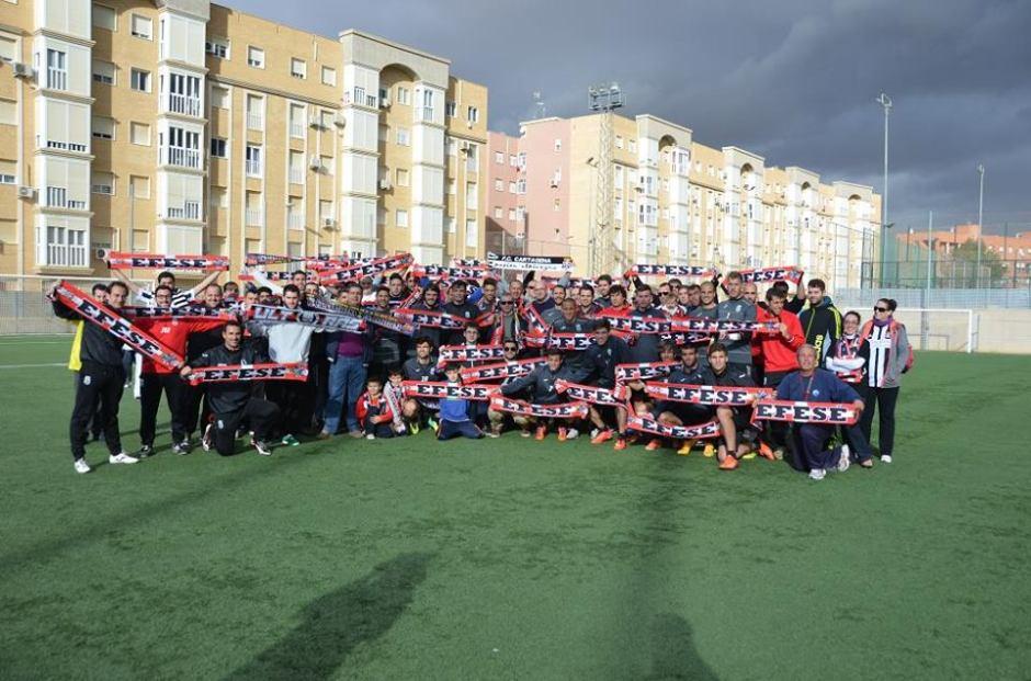 Afición, jugadores y cuerpo técnico en La Urba. Foto: FC Cartagena.