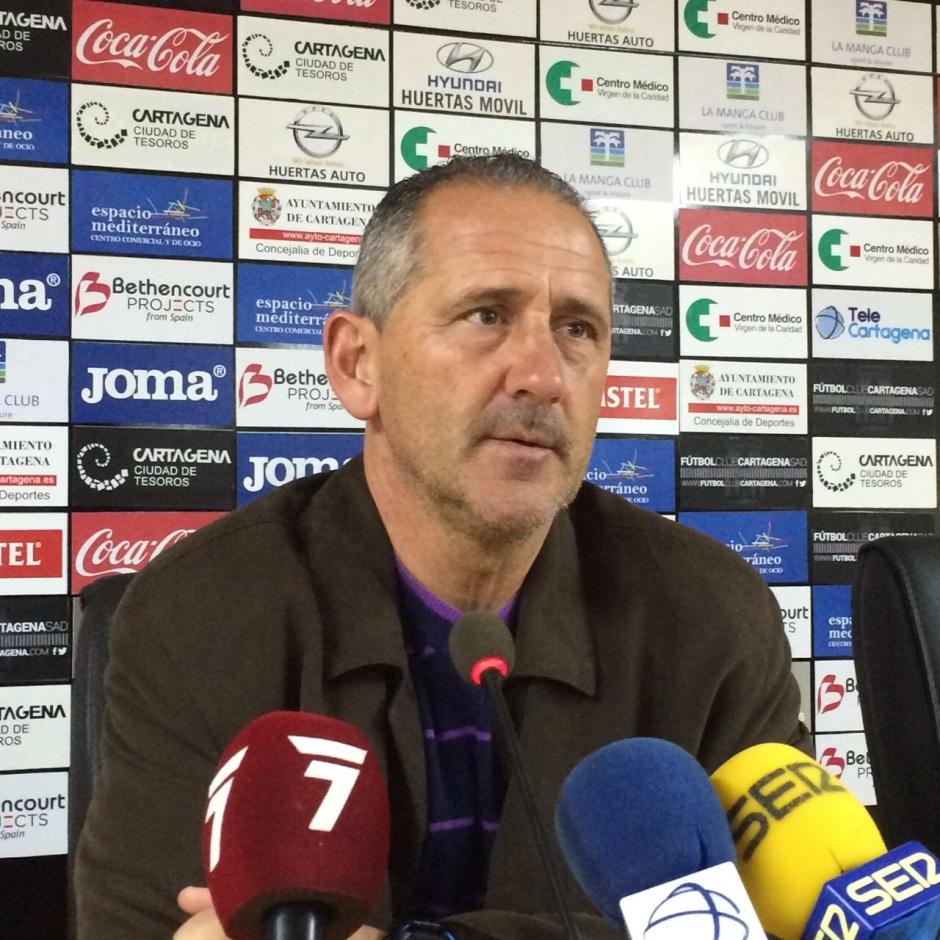 MANOLO PALOMEQUE PREVIA FRENTE AL FILIAL DEL GRANADA (2). Foto: Pepe González (OM Radio).