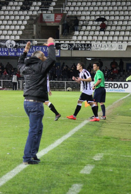 Palomeque celebrando hacia la grada el gol de Chus Hevia Foto Pedro Gómez Crónicas deportivas de Cartagena