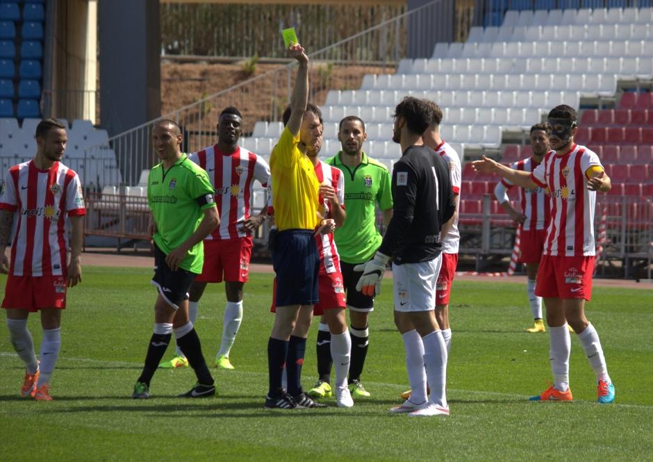 Amarilla a Gianfranco cuando debió ser roja. Foto: Pedro Gómez (Crónicas deportivas de Cartagena).