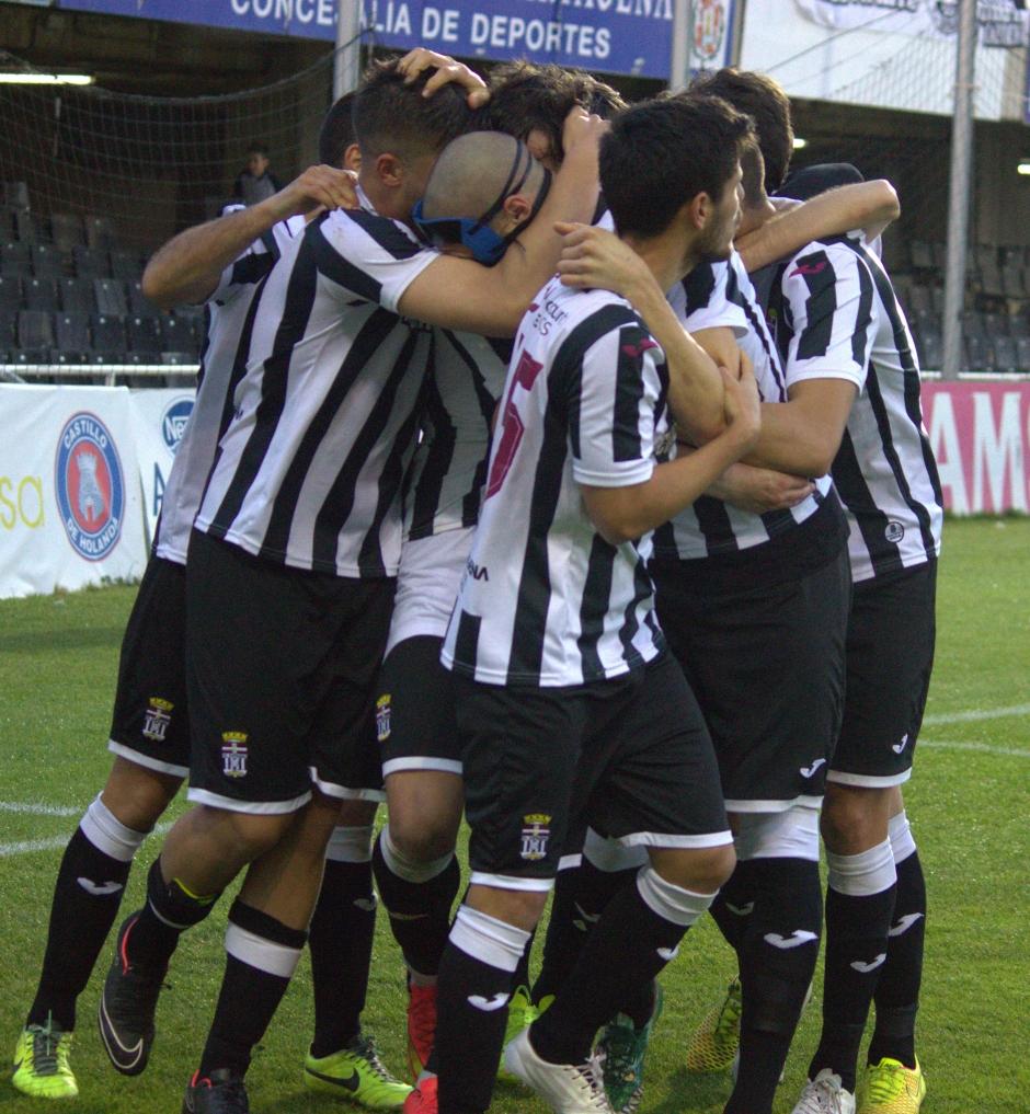Equipo abrazándose tras el gol. Foto: Pedro Gómez (Crónicas deportivas de Cartagena).