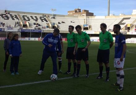 Javi Matía haciendo el saque de honor en el FC Cartagena 1 CD San Roque 0
