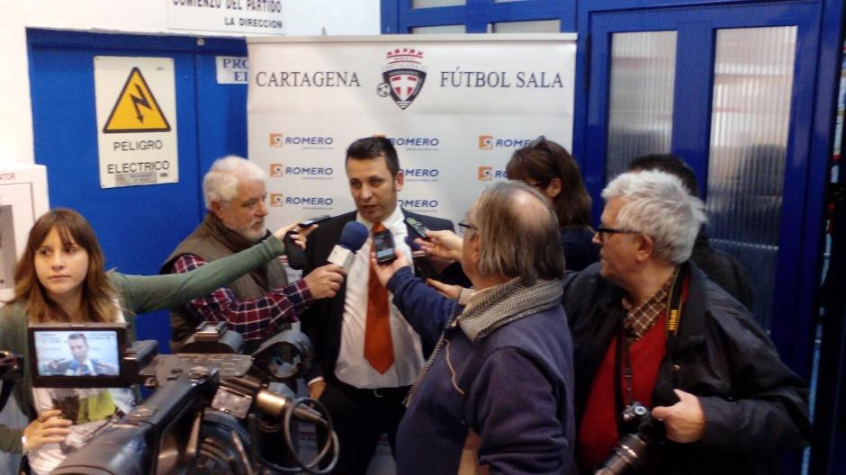 Guillamón atendiendo a los medios. Foto: Pedro Gómez (Crónicas deportivas de Cartagena).