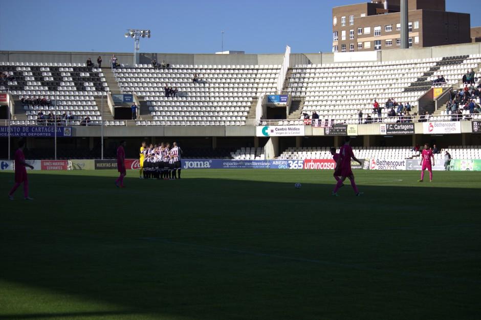 Jugadores del CD El Palo tocando el balón mientras los del FC Cartagena protestan. Foto: Pedro Gómez (Crónicas deportivas de Cartagena).