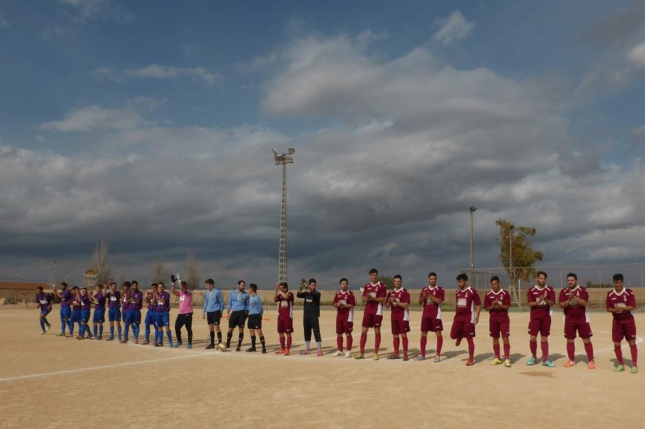 Saludos iniciales de ambos equipos. Foto: Francisco Atanasio Hernández.