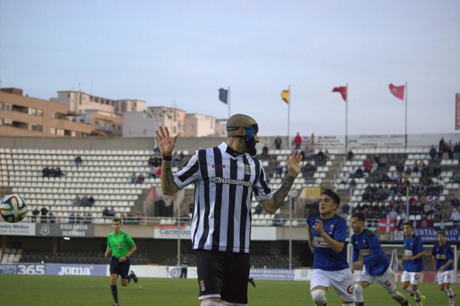 Seba Ribas en un lance del encuentro contra el CD San Roque de Lepe
