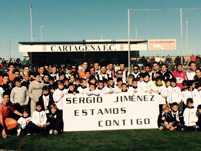 SERGIO JIMÉNEZ Y JUGADORES DE LAS BASES Y EQUIPOS DEL CARTAGENA FC Y VALENCIA CF DE DIVISIÓN DE HONOR. Foto: Pepe González (OM Radio).
