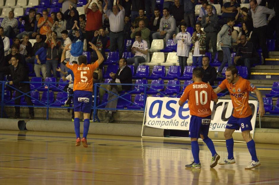Alegría de jugadores y afición tras un gol del equipo cartagenero. Foto: Pedro Gómez (Crónicas deportivas de Cartagena).