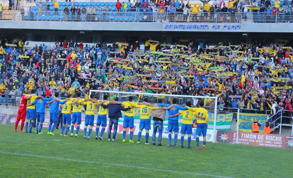 Celebración de la victoria del Cádiz junto a su afición. Foto: Pedro Gómez (Crónicas deportivas de Cartagena).