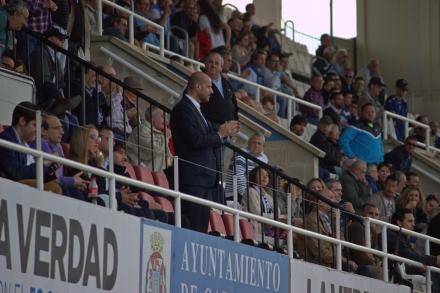 Concejal Diego Ortega aplaudiendo la protesta de los jugadores del FC Cartagena