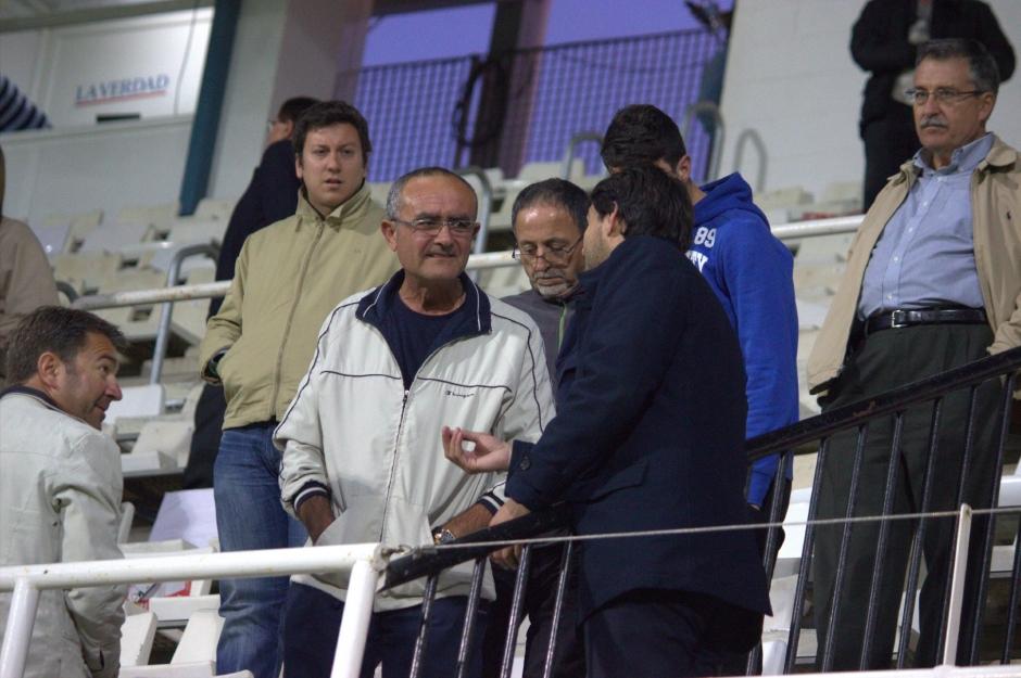 Javier Marco dando explicaciones a aficionados de tribuna (2)