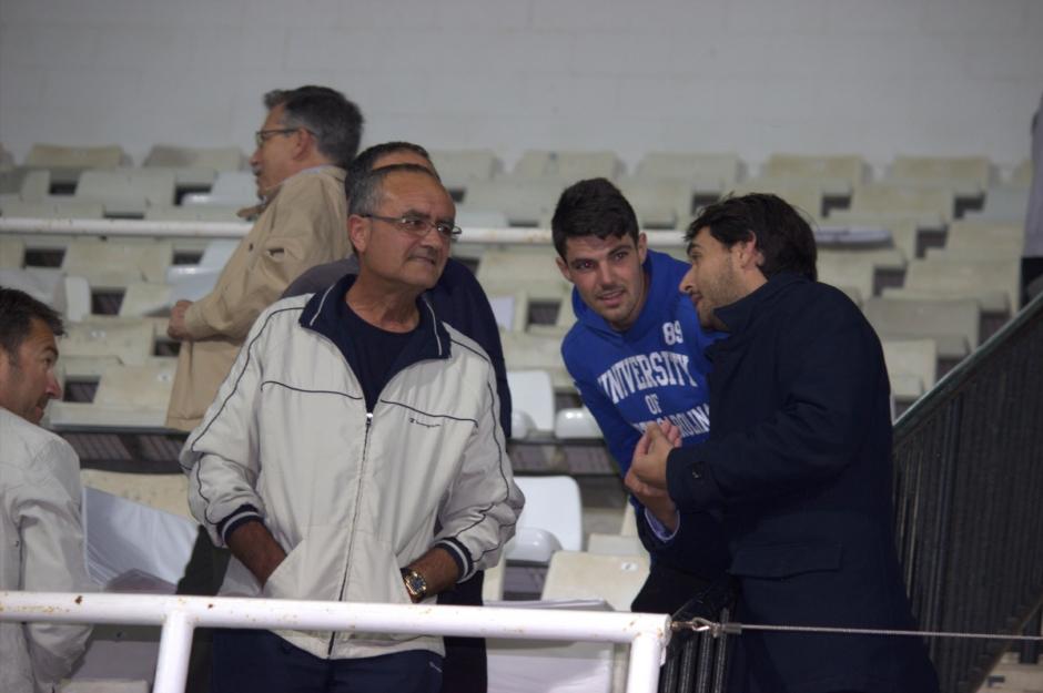 Javier Marco dando explicaciones a aficionados de tribuna (3)