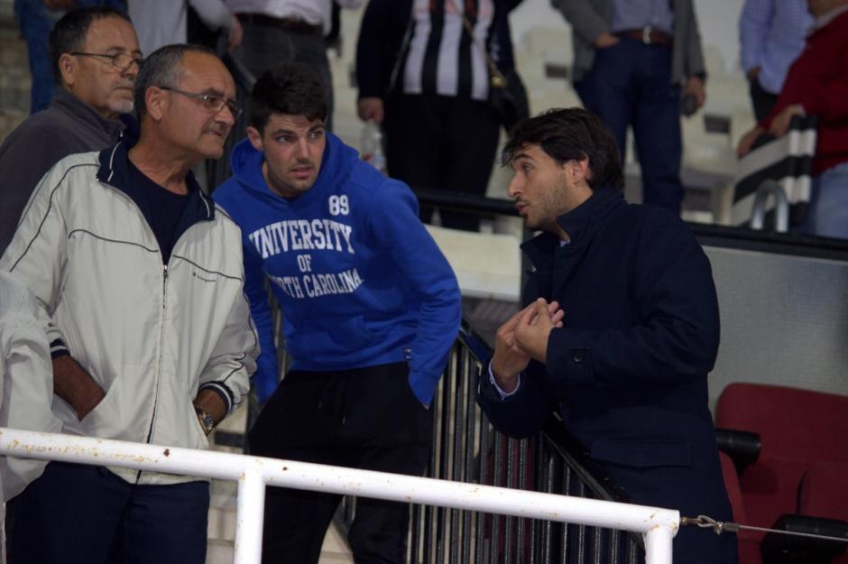 Javier Marco dando explicaciones a aficionados de tribuna (4)