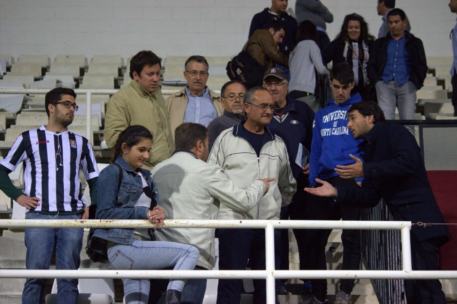 Javier Marco dando explicaciones a aficionados de tribuna (5)