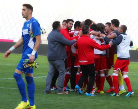 Piña de jugadores gritando y celebrando la victoria en Córdoba