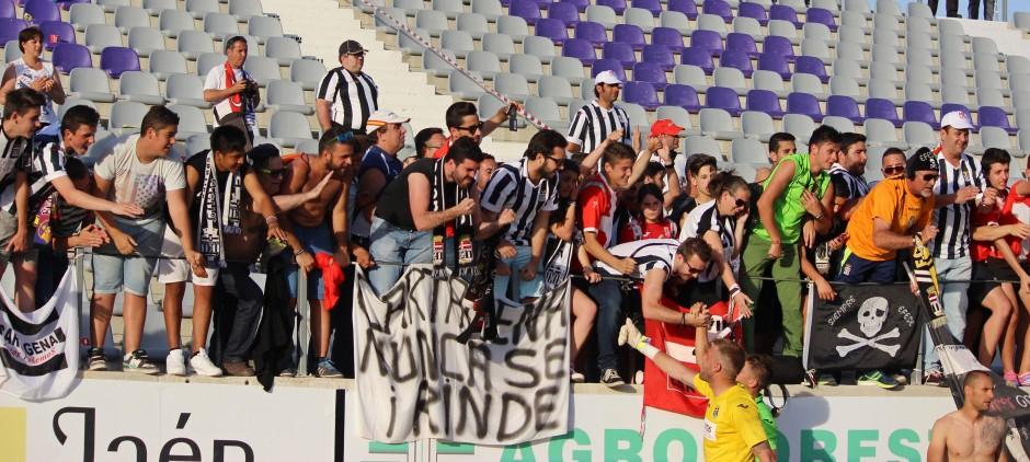 Afición del Cartagena y jugadores celebrando la victoria en Jaén. Foto: Pedro Gómez (Crónicas deportivas de Cartagena).