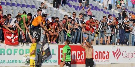 Afición y jugadores del Cartagena celebrando la victoria en Jaén. Foto: Pedro Gómez (Crónicas deportivas de Cartagena).