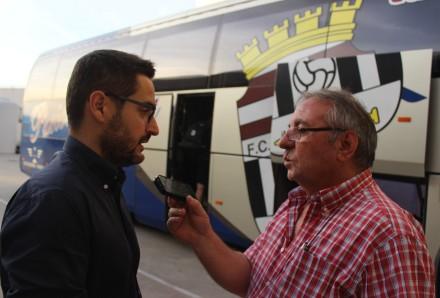 Paco Belmonte atendiendo a Pepe González Foto Pedro Gómez (Crónicas deportivas de Cartagena)