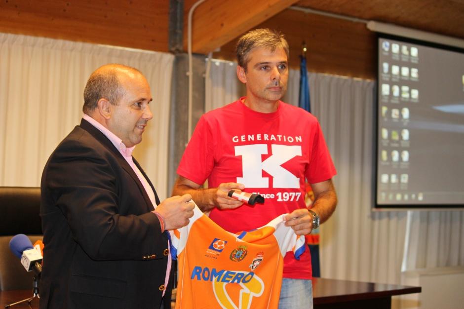 Javi Matía y Ricardo con la camiseta y el brazalete de Capitán. Foto: Pedro Gómez (Crónicas deportivas de Cartagena).
