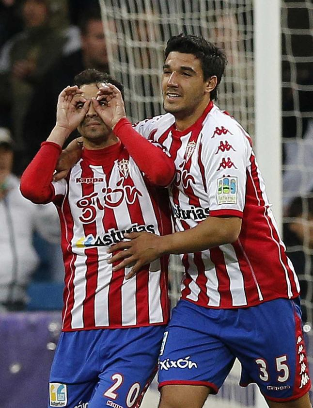 Moisés junto a De las Cuevas, celebrando un gol en el Santiago Bernabéu.