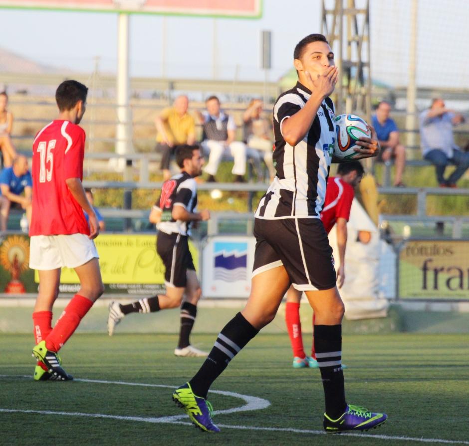 """Seve """"dedicando"""" un gol. Foto: Pedro Gómez (Crónicas deportivas de Cartagena)."""