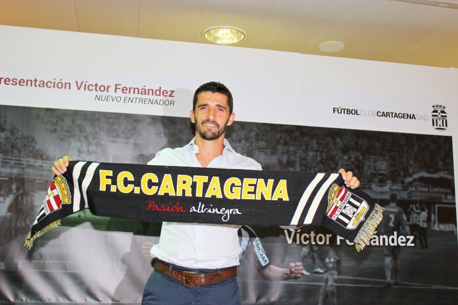 Víctor Fernández con la bufanda del FC Cartagena. Foto: Pedro Gómez (Crónicas deportivas de Cartagena).