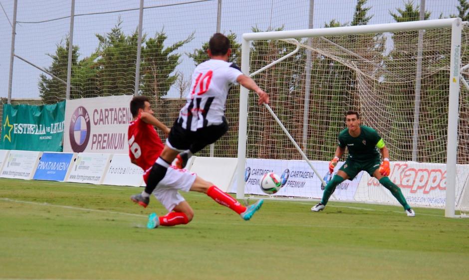 Disparo de Menudo a gol. Partido de pretemporada contra el Real Murcia. Foto: Pedro Gómez (Crónicas deportivas de Cartagena).