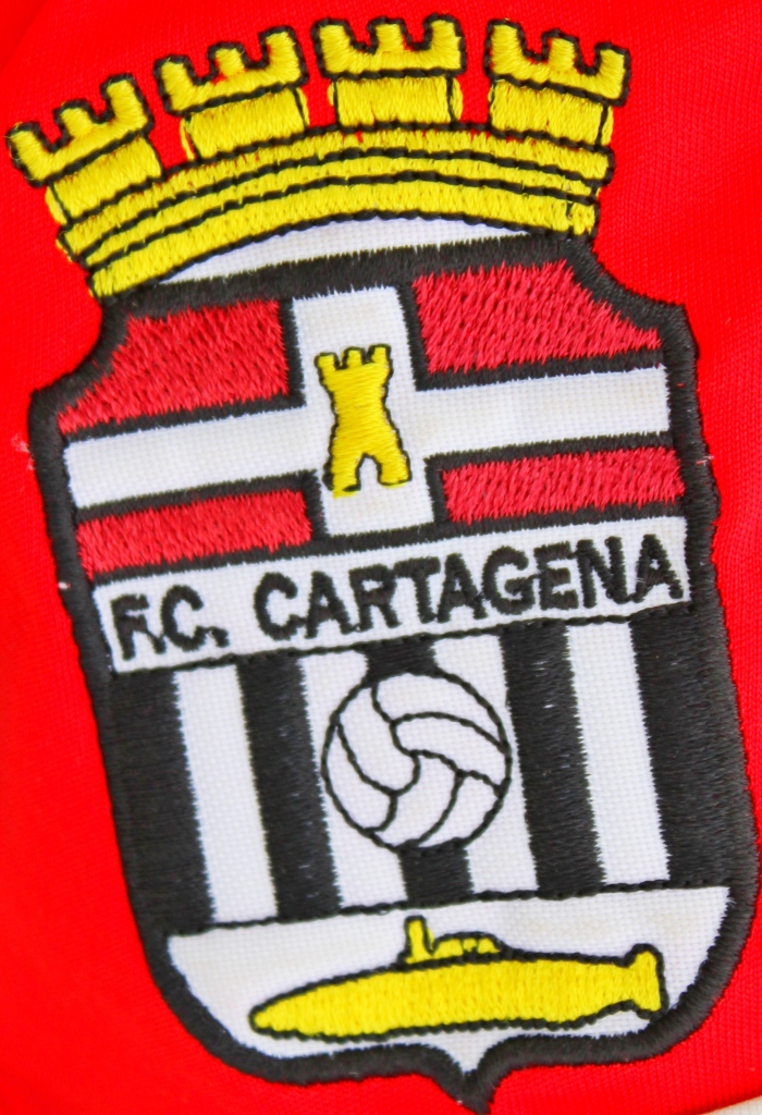 Escudo del FC Cartagena. Partido de pretemporada contra el Real Murcia. Foto: Pedro Gómez (Crónicas deportivas de Cartagena).