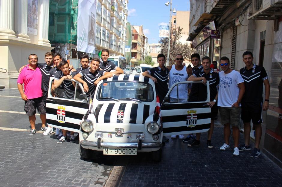 Jugadores del FC Cartagena B con el 600 albinegro. Foto: Pedro Gómez (Crónicas deportivas de Cartagena).