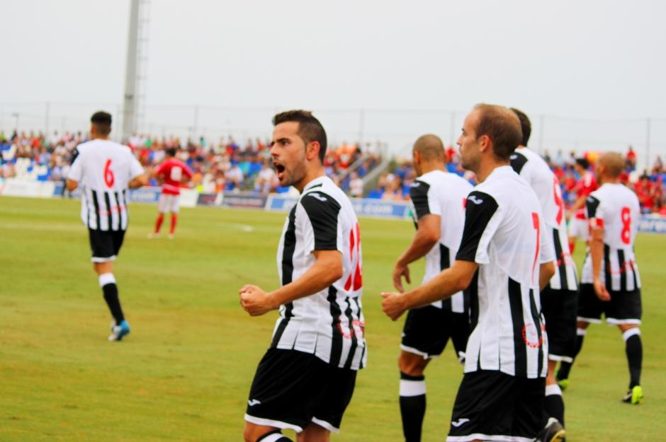 Menudo celebra gol con la grada. Partido de pretemporada contra el Real Murcia. Foto: Pedro Gómez (Crónicas deportivas de Cartagena).